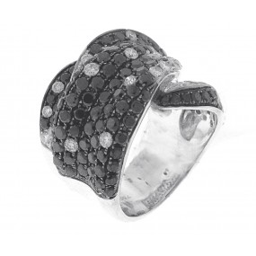 18kt White Gold White And Black Diamond Ring